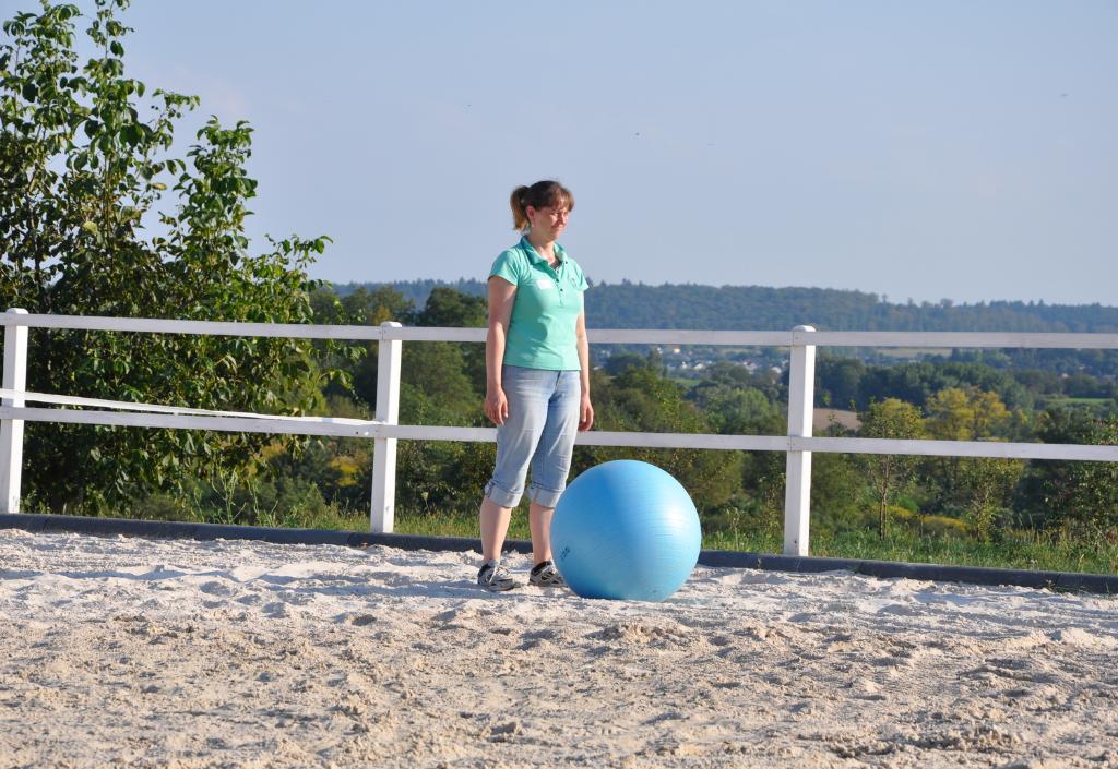 Frau mit Ball in der Persönlichkeitsentwicklung mit dem Pferd