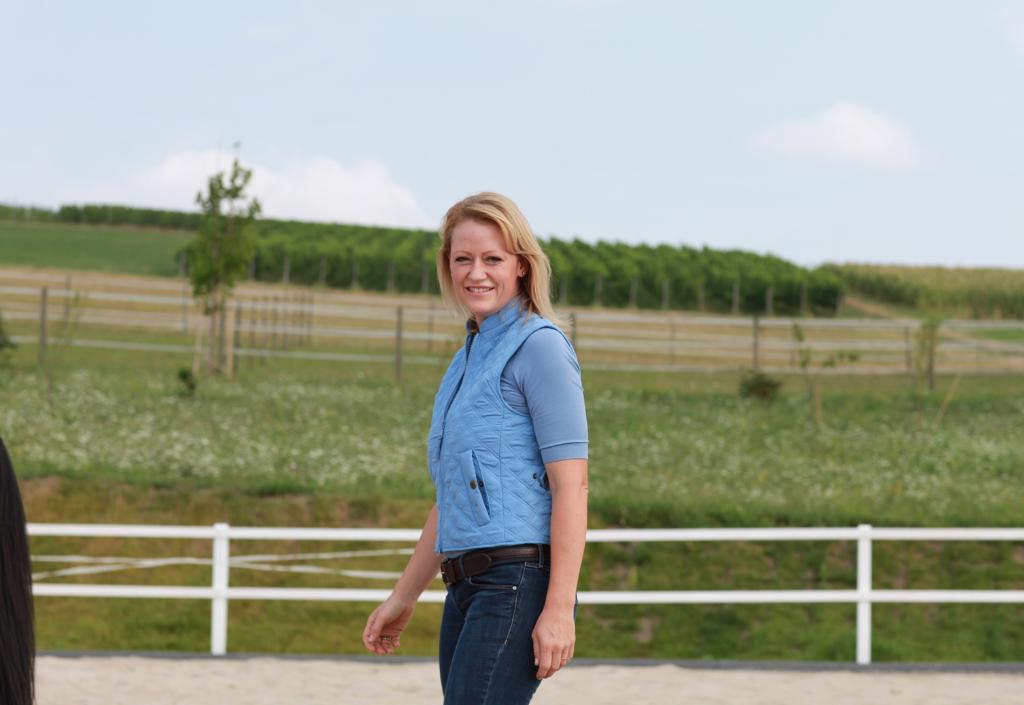 Alexandra Lohr auf dem Reitplatz im Coaching