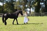 Frau bewegt sich mit Pferd