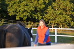 Frau lädt Pferd zu sich ein